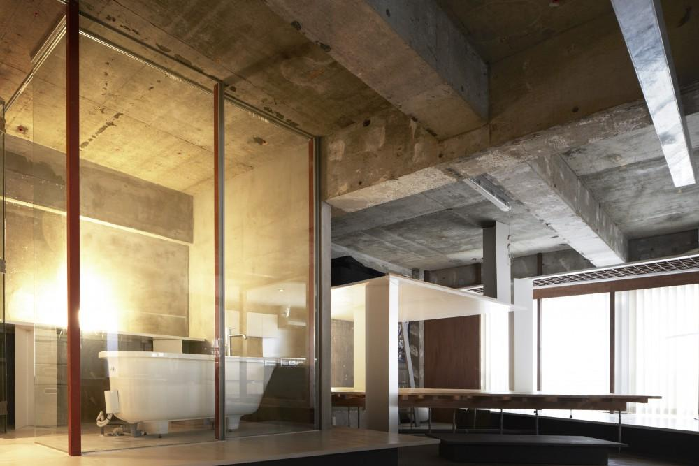 開放的な浴室、奥はベッドスペースと書斎スペース