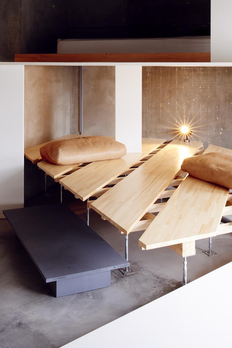造作のくつろぎスペースとベッドスペース