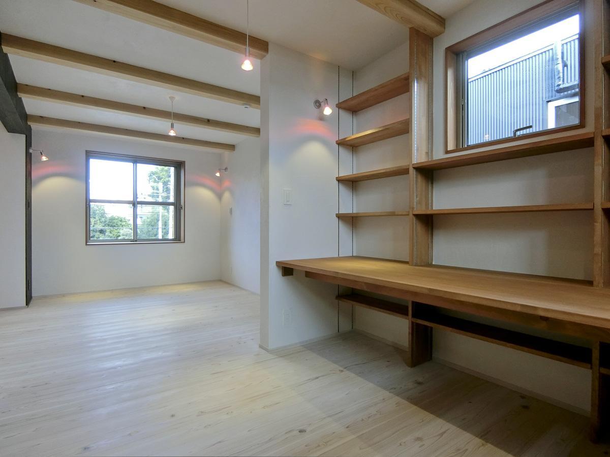 2階:仕事スペース。棚は上下に動かせます
