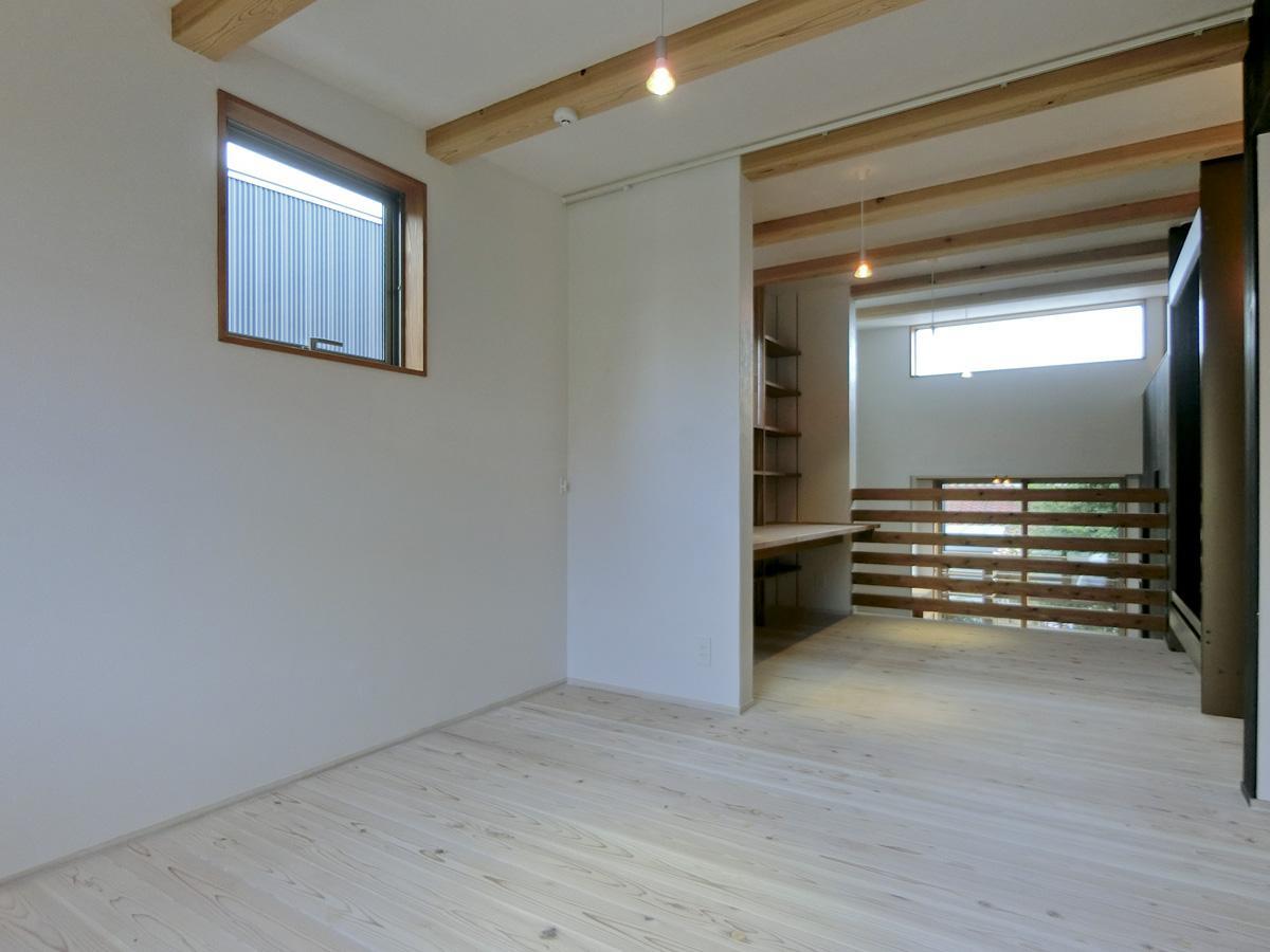 2階:このフロアはカーテンレールがあるので二つに区切れる