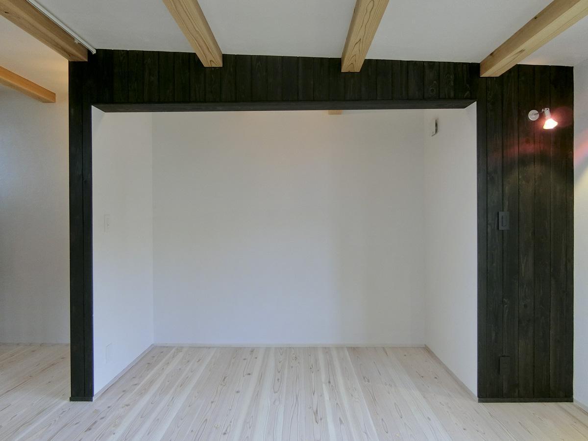 2階:クローゼット。ここにもカーテンレールがあるため中のものは隠せます
