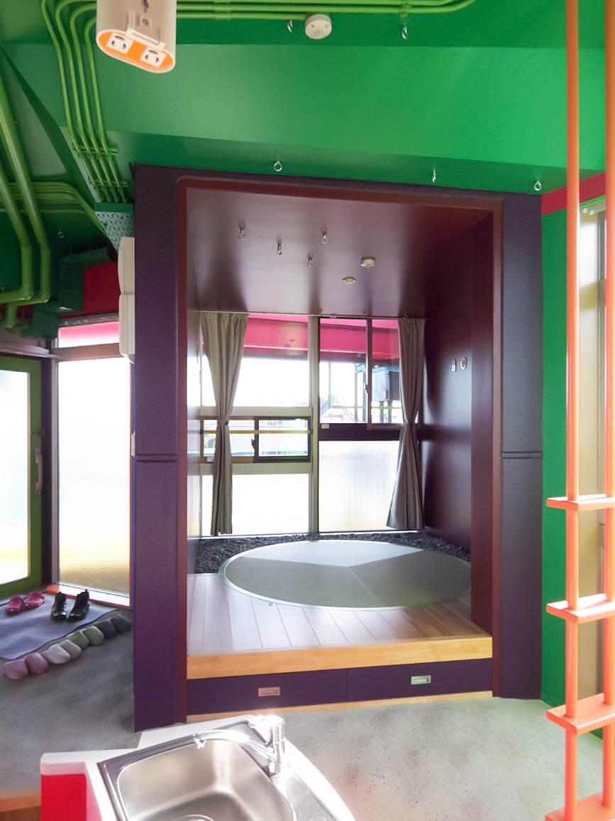 こちらは丸い畳の和室
