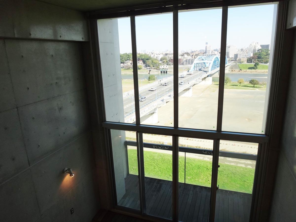 大きな窓から存分に多摩川の景色が楽しめます