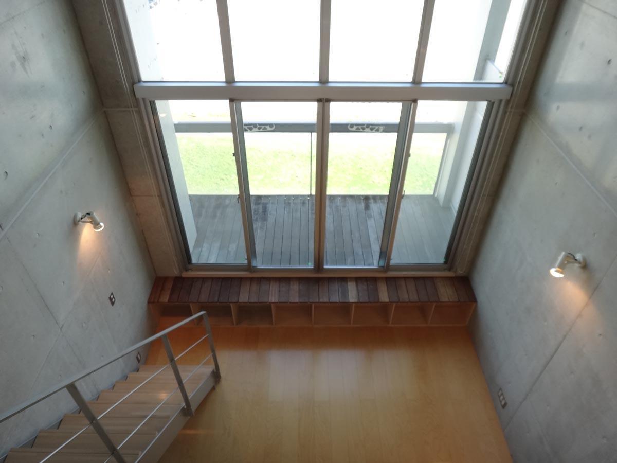 上階からリビングダイニングを見下ろす