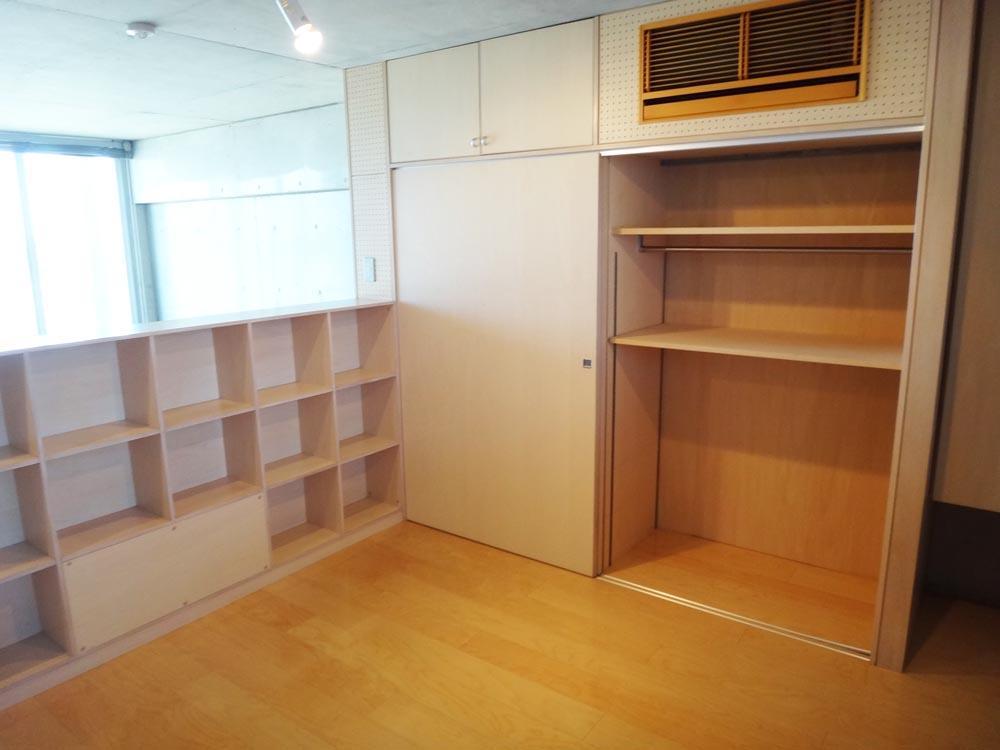上階の居室は収納が多く、エアコンは壁面に隠す工夫がされています