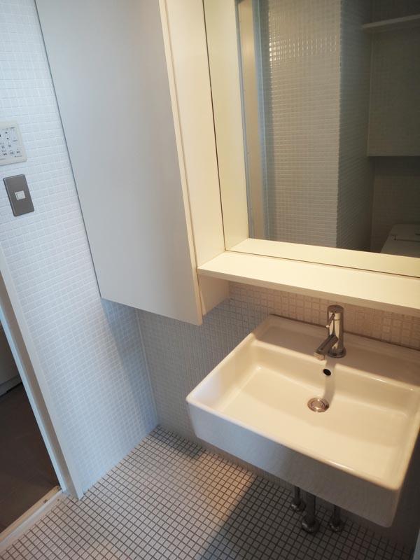 シンプルな洗面、洗面横は収納