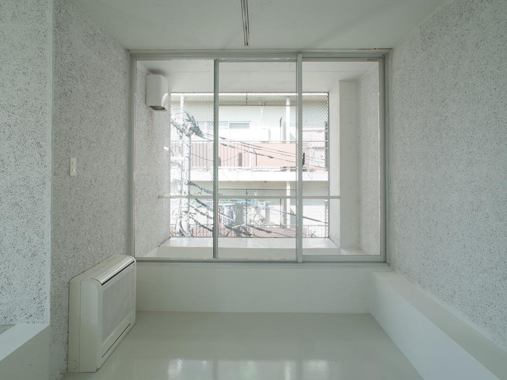 室内とバルコニーの境はサッシの枠のみなので、先までつながっているよう
