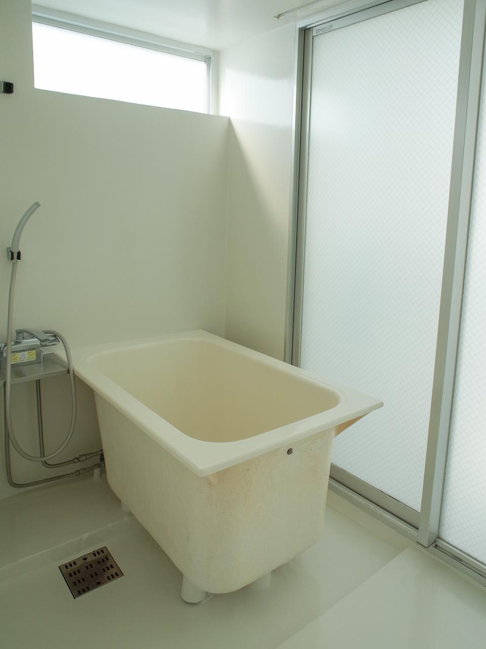 浴槽がラフに置かれている感じも良い