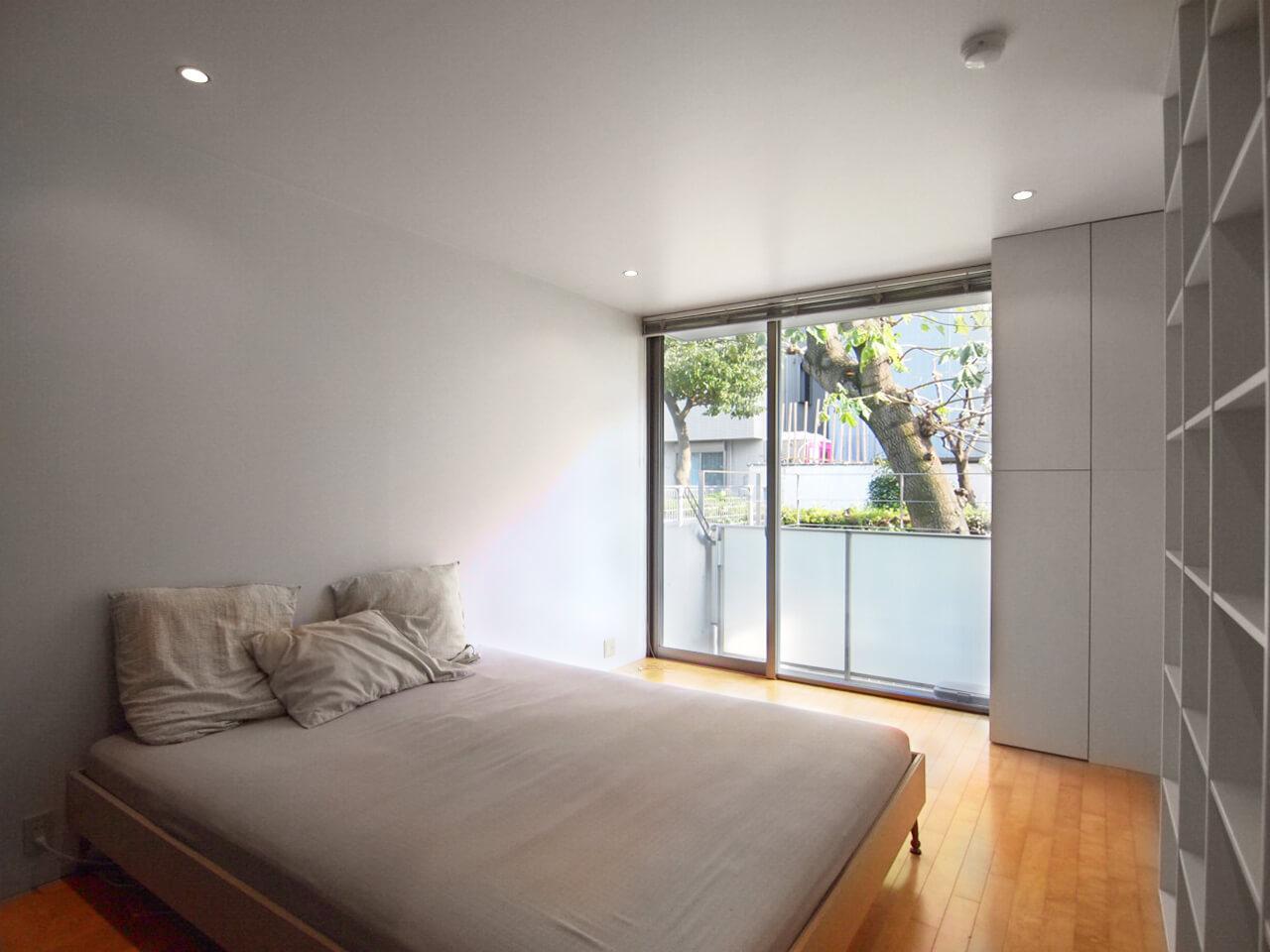 1階寝室。緑道に面し、窓から大きな木が見え、穏やかな眺めが楽しめる