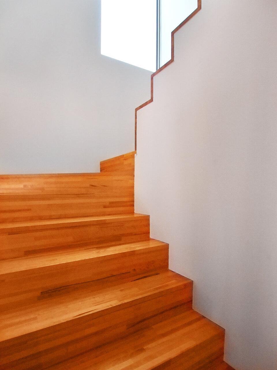 手すりのないスッキリとした階段