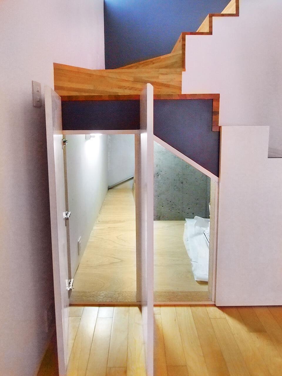 階段下のスペースも収納になっています