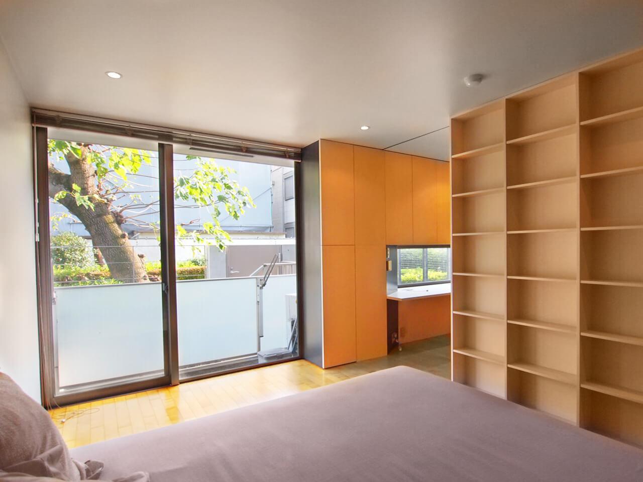 1階の寝室を別アングルで。奥に小さな書斎スペースがあります