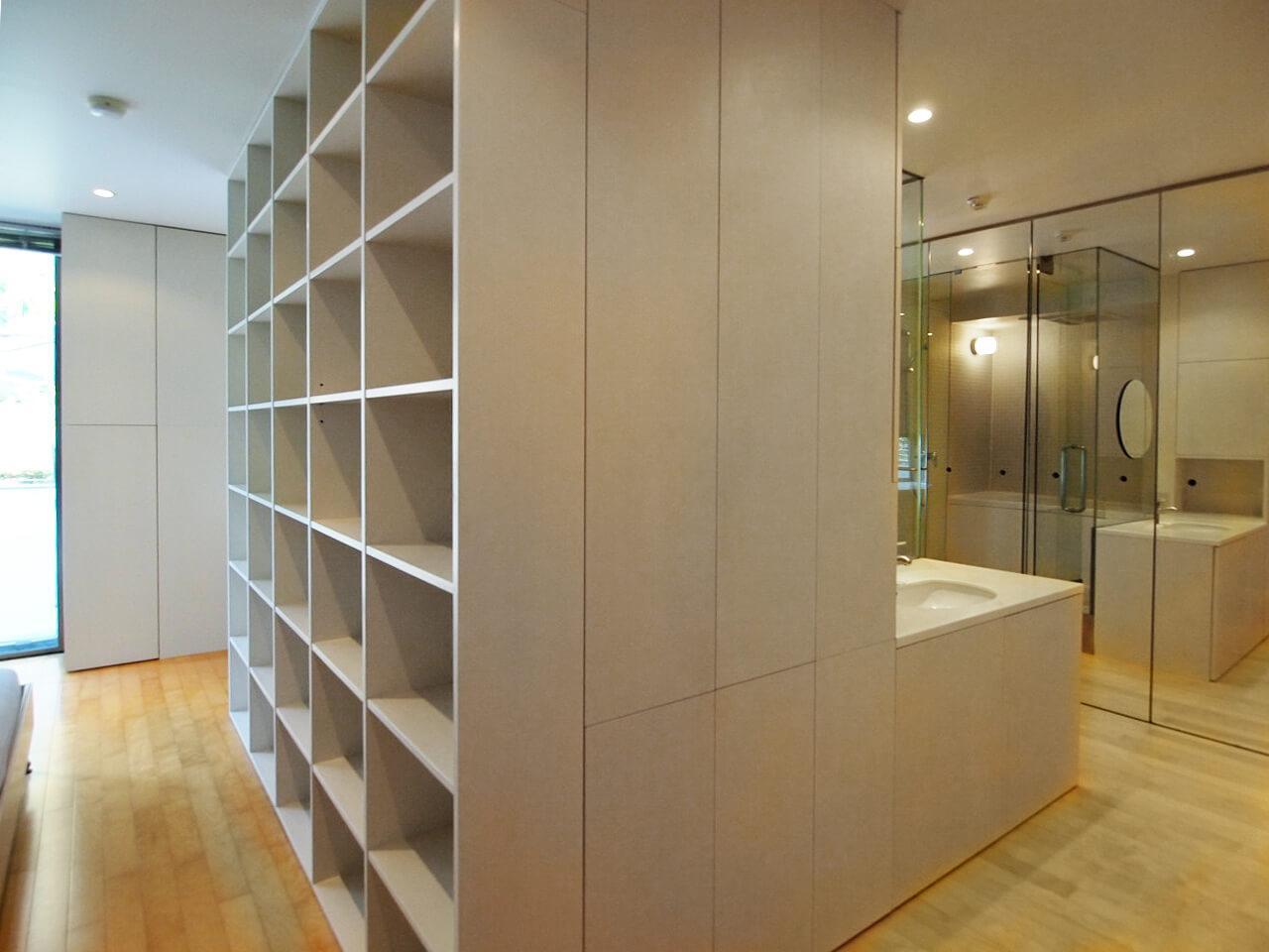 本棚を右手に回ると洗面・浴室スペース。