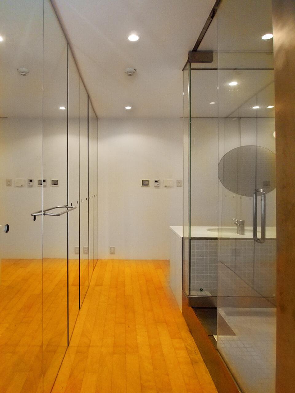 右側がガラス張りの浴室。左側が鏡張りに収納
