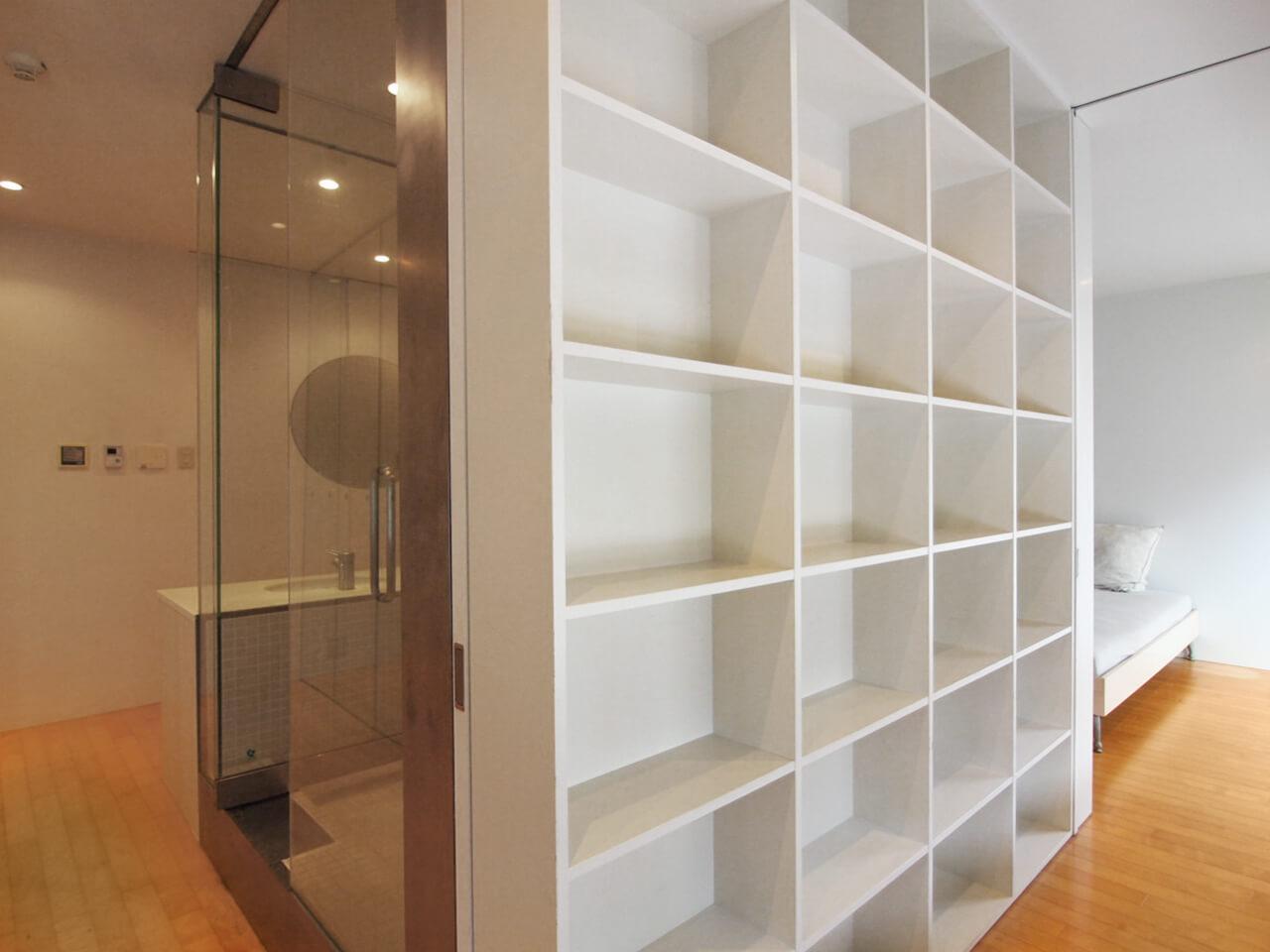 本棚と浴室を別アングルで
