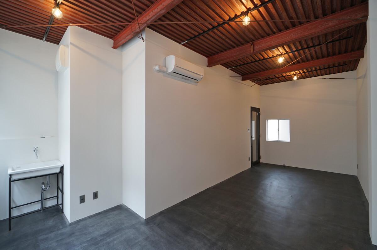 天井高2.9mのギャラリー然としたシンプルな箱
