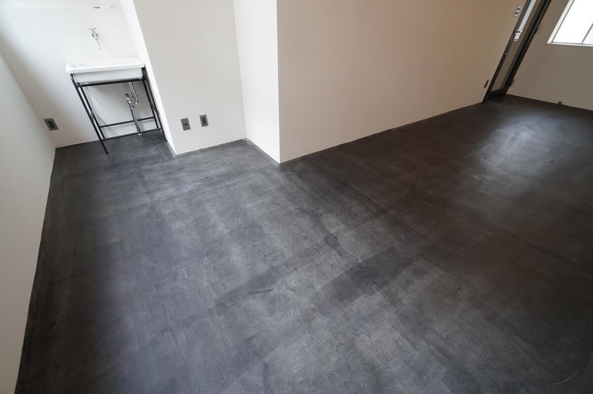 墨色で着色したモルタル床(※シンク位置の違う別の部屋の参考写真です)