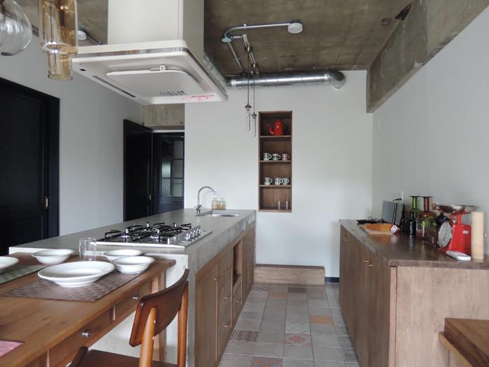 キッチン。天板はモルタル、ガスコンロは4口です。