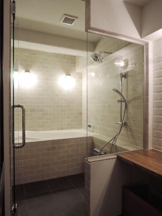 お風呂は追いだき機能付き。ベージュと黒のタイルがアクセント。写真には入っていないですが、ガラスブロックからの光も素敵です。
