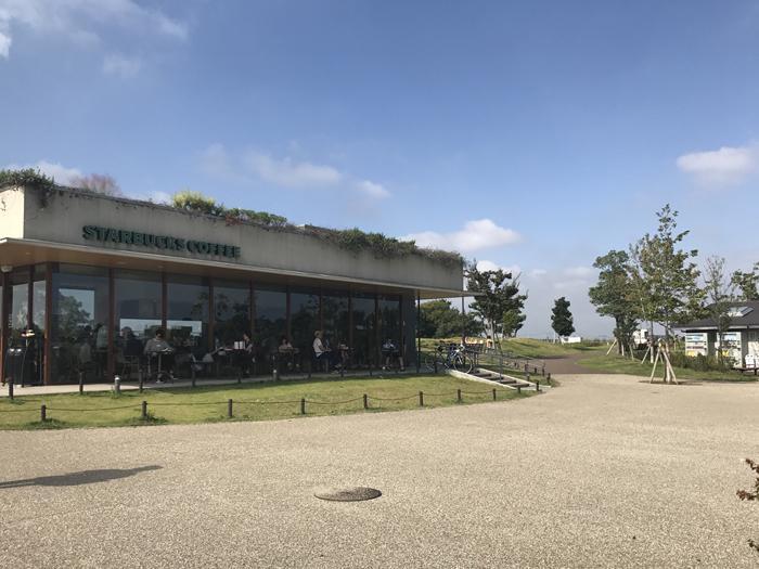 駅への途中にある二子玉川公園内にはスターバックスも入っています。