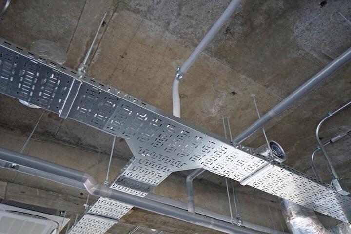 天井に電気配線用のラックがあるのはうれしいポイント