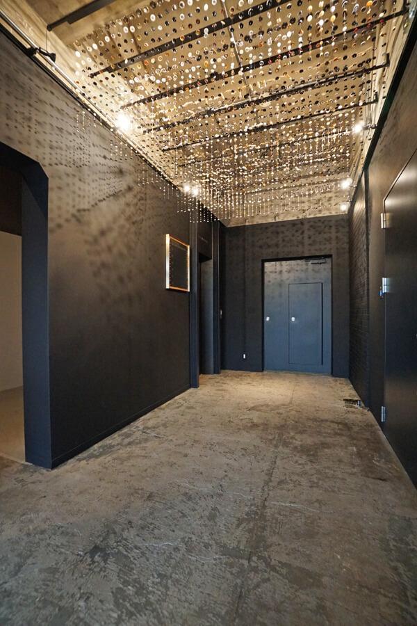 1階のエレベーターホール。天井には大量のボタンでつくられたオブジェが