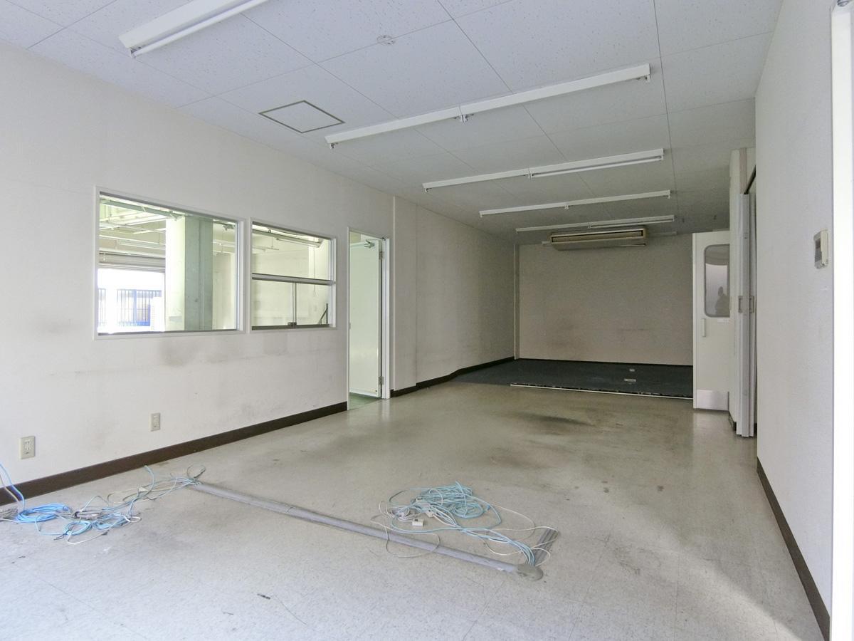1階:倉庫内を覗けるような窓があります
