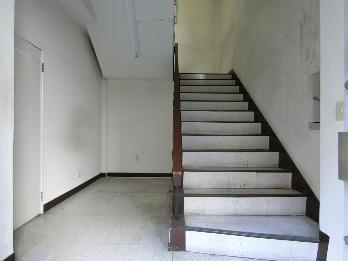 1階:階段にも味わいがあります
