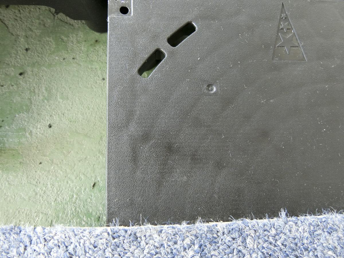 3階:OAフロアを取ると、躯体に緑色の塗装がされた床がでてきます