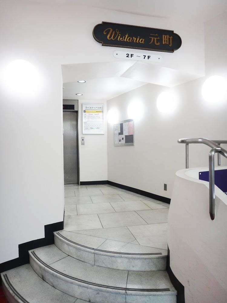 奥に入ると、居住者用のエレベーターがあります。