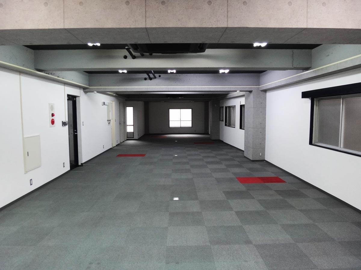梁の間には天井カセット型のエアコンが3基。