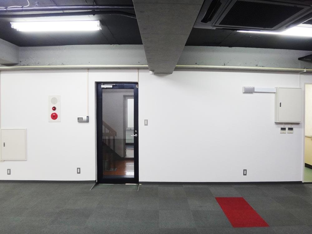 黒枠のドアが入口です。