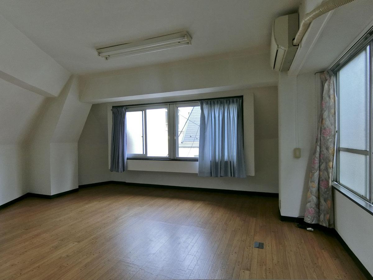 3階:天高2.3m 窓際の梁下は1.9mと低くなっています