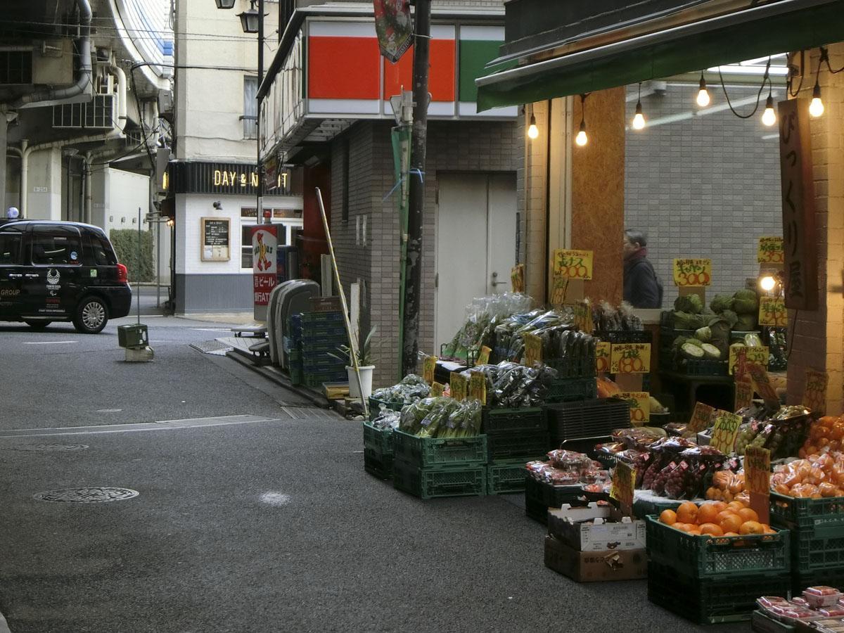前の通りには、昔ながらの八百屋があります