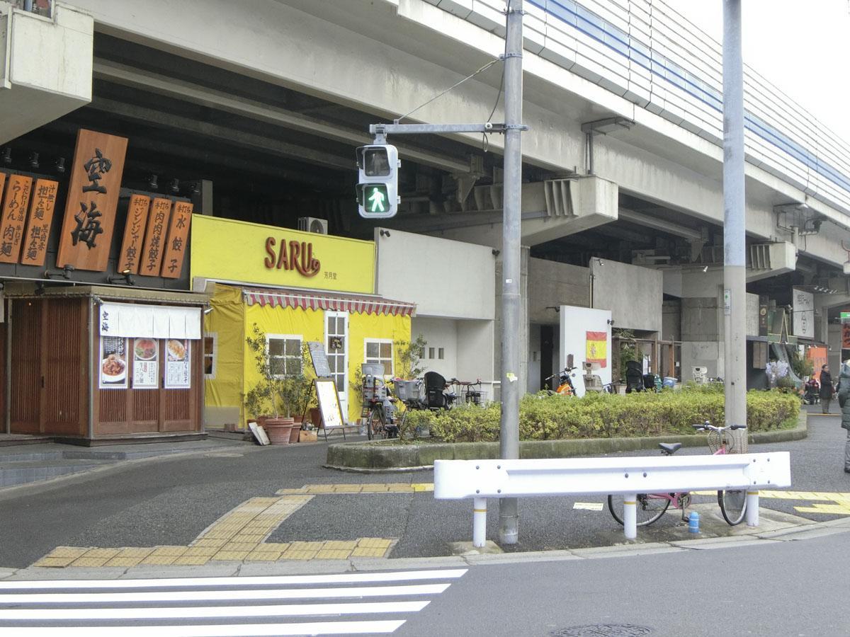 交差点側から見ると、首都高高架下にも店が入っています