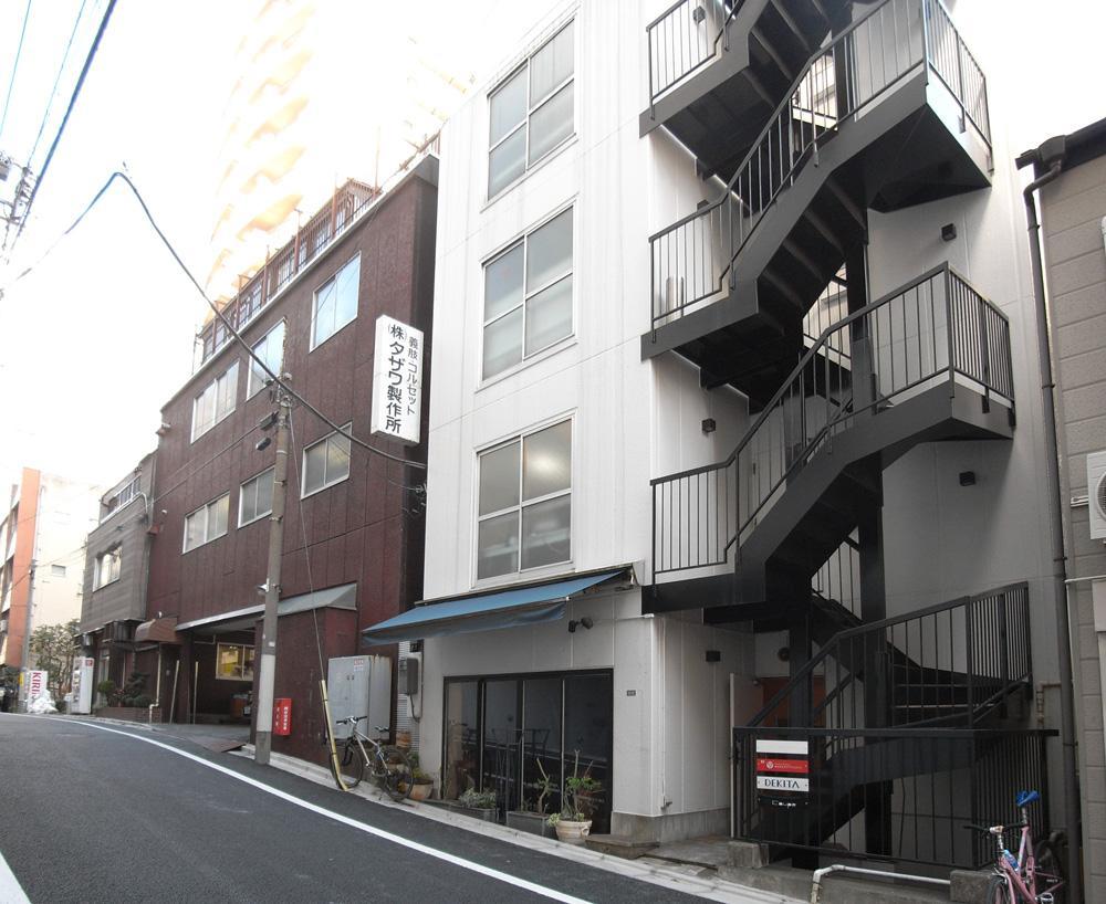坂の途中にあるビルの3階部分