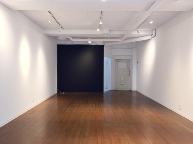 奥の黒い壁は黒板塗装。隣のドアはマンションの共用廊下につながります