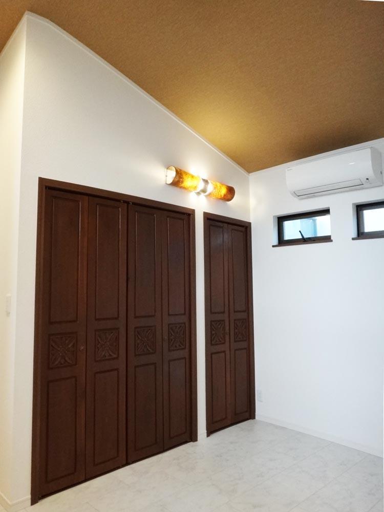 2階の寝室は勾配天井で開放的です。収納もしっかりとあります