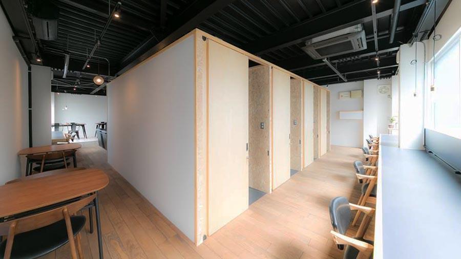 ゆとりのあるデスクスペースと各個室。