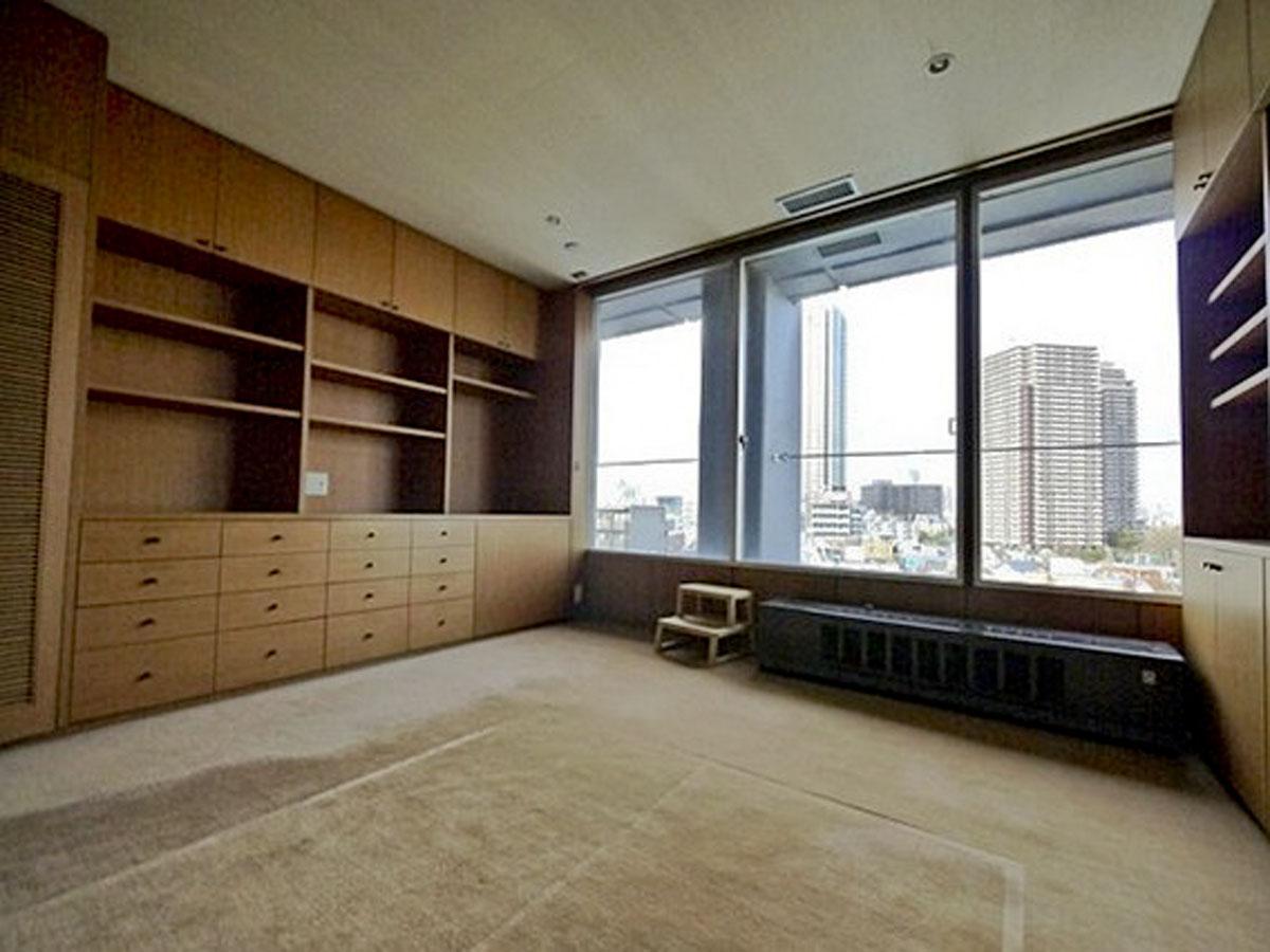北東側、約7.5畳の洋室。収納もたくさんあります