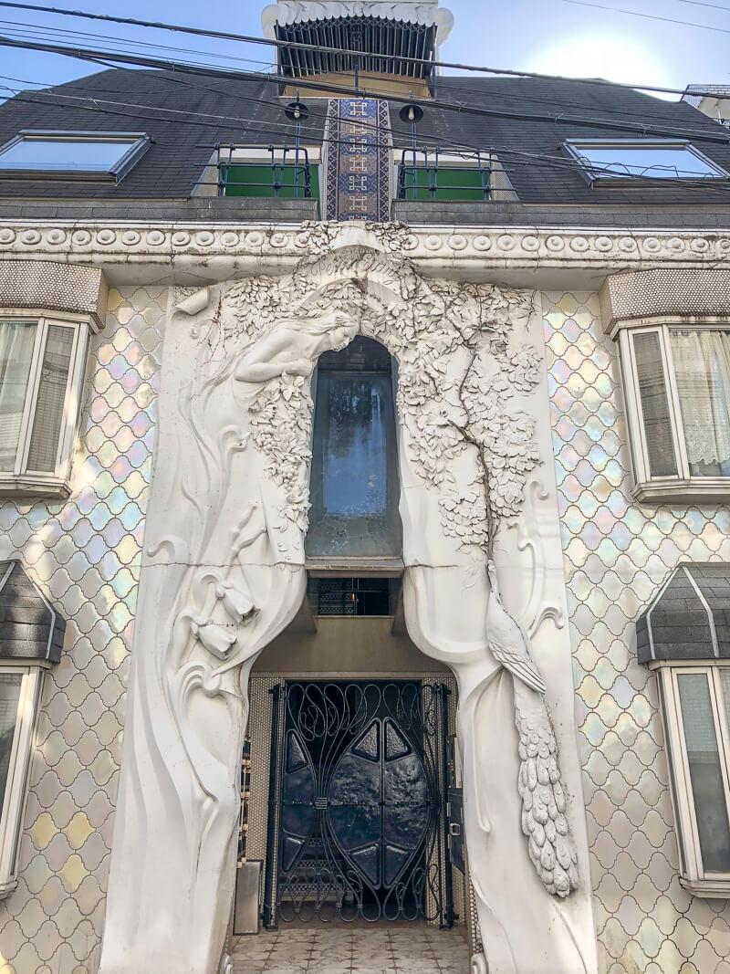 門の前にある彫刻がすごい