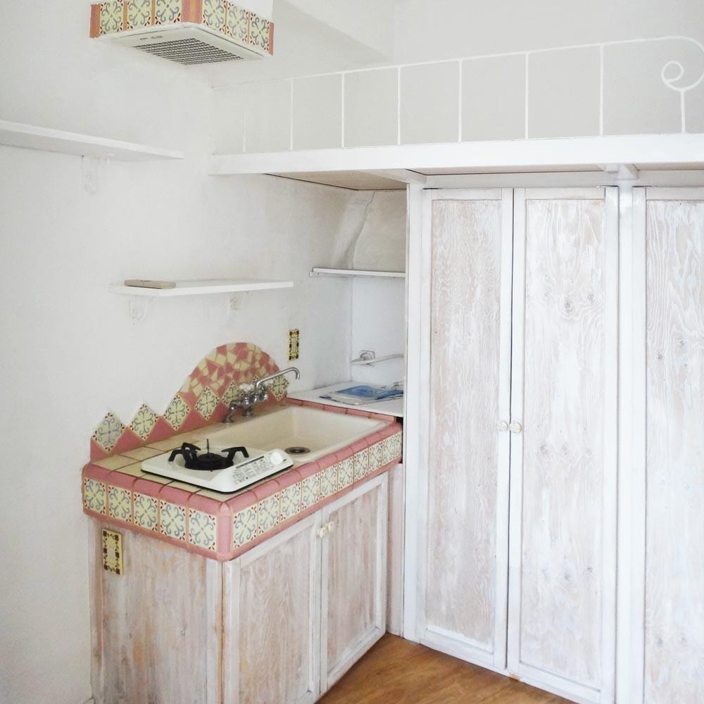 キッチンのタイルも素敵。奥には備え付けの洗濯機
