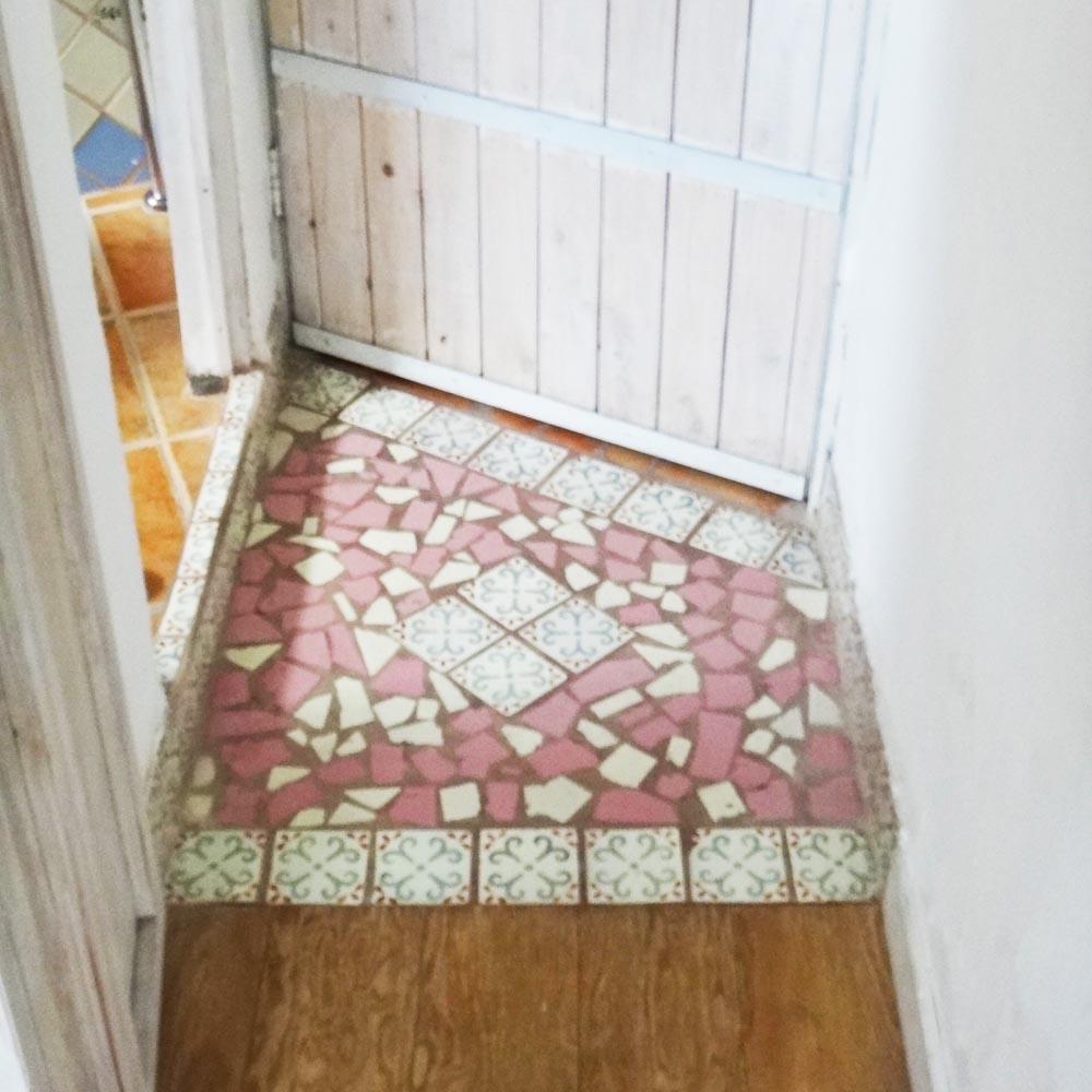 玄関のタイル。タイルもそれぞれ違う装い