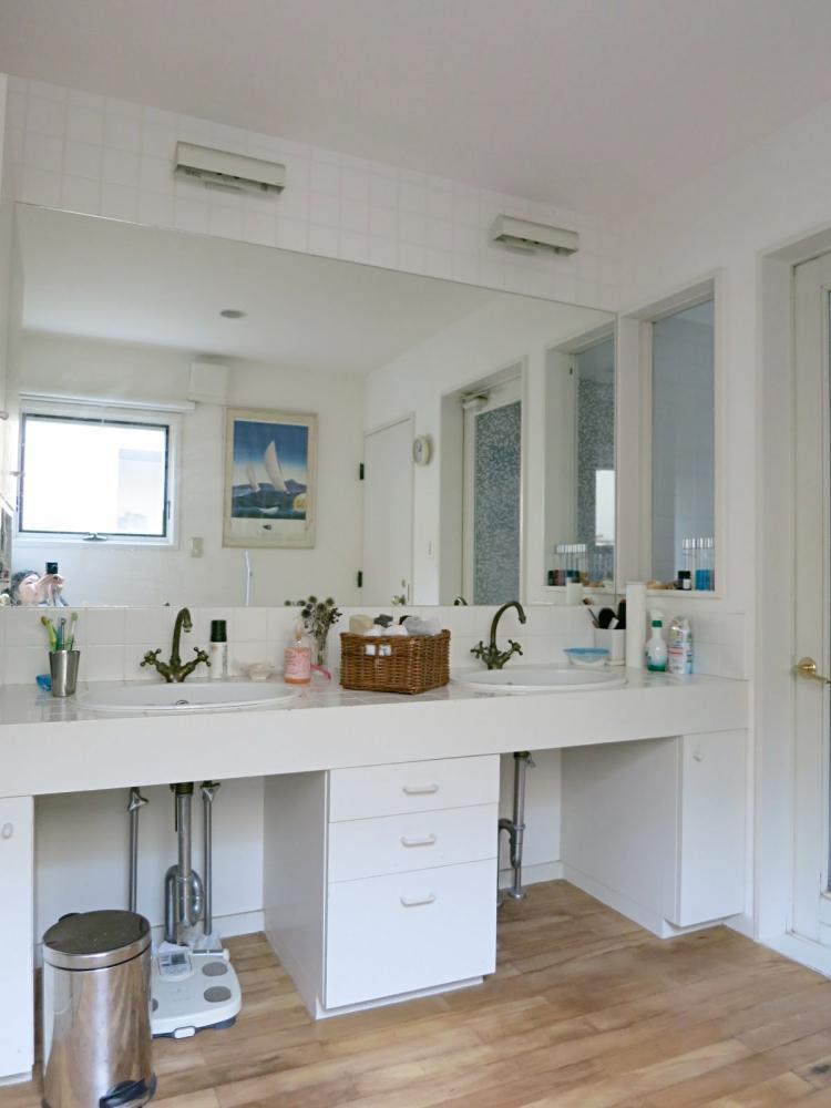 タイルカウンターとダブルシンクの洗面台
