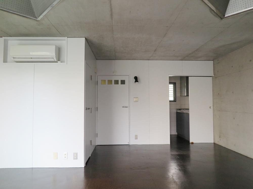 向って右奥がキッチンスペース。引き戸で隠せる仕様に