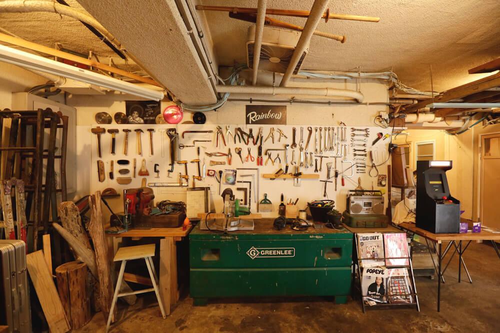 ラウンジは工具が並んだ作業スペースにもなります