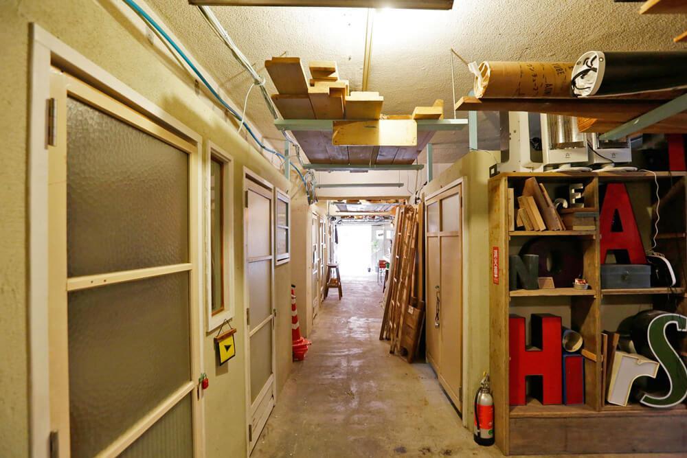 廊下に面して小部屋が並んでいます