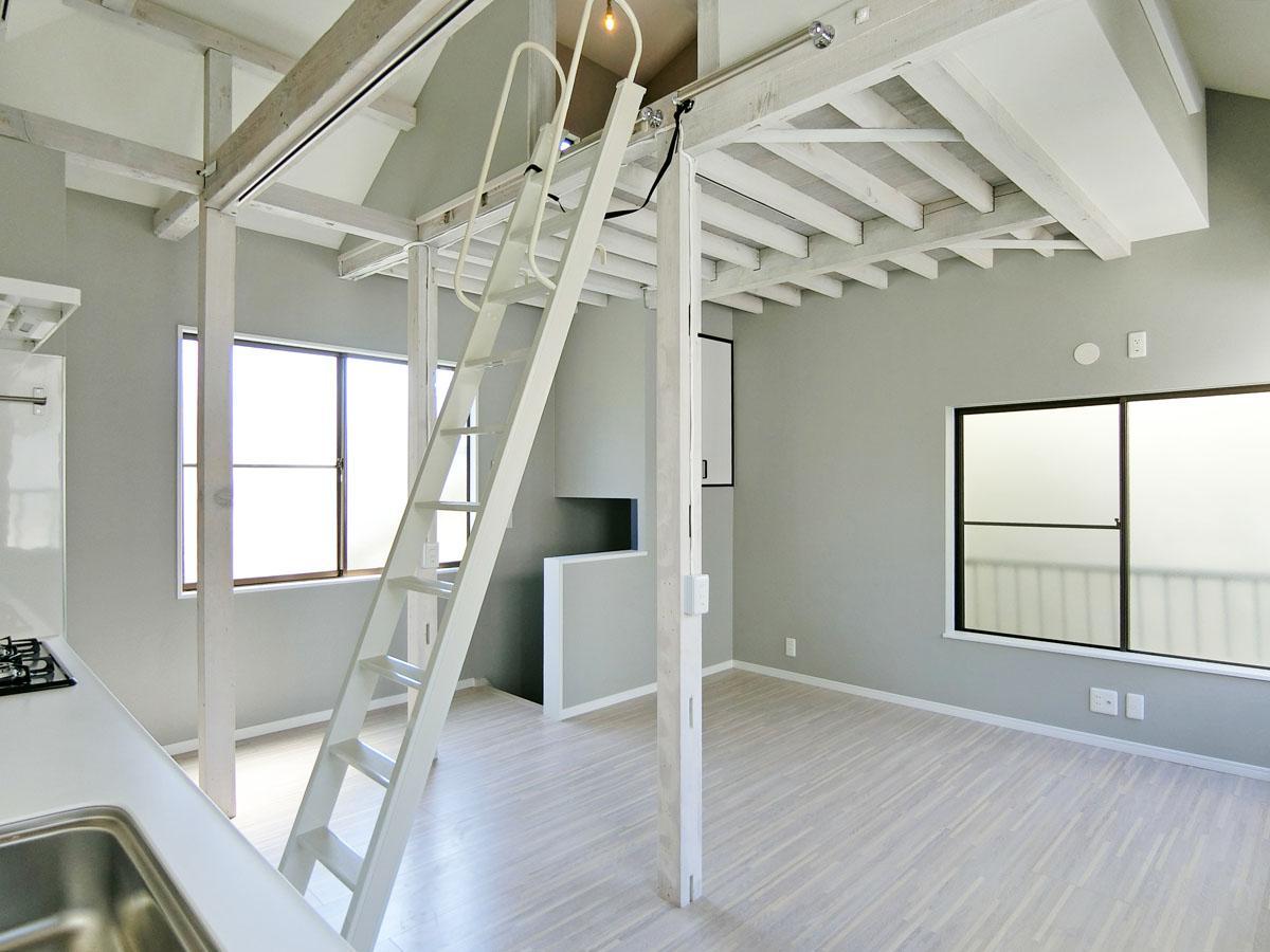 はしごをかけて屋根裏へ。手前は天井高がある