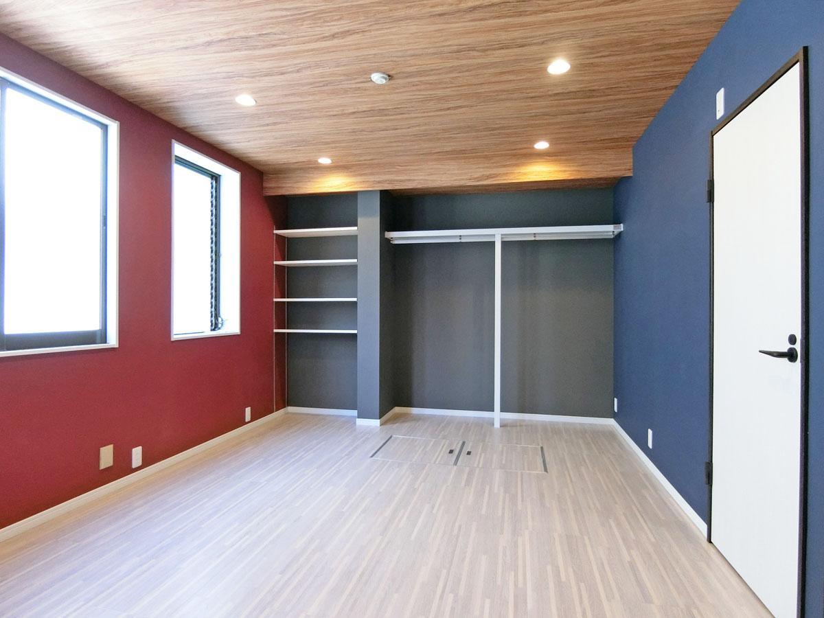 紺・グレー・赤の3色と、天井に木目調。刺激的な1階