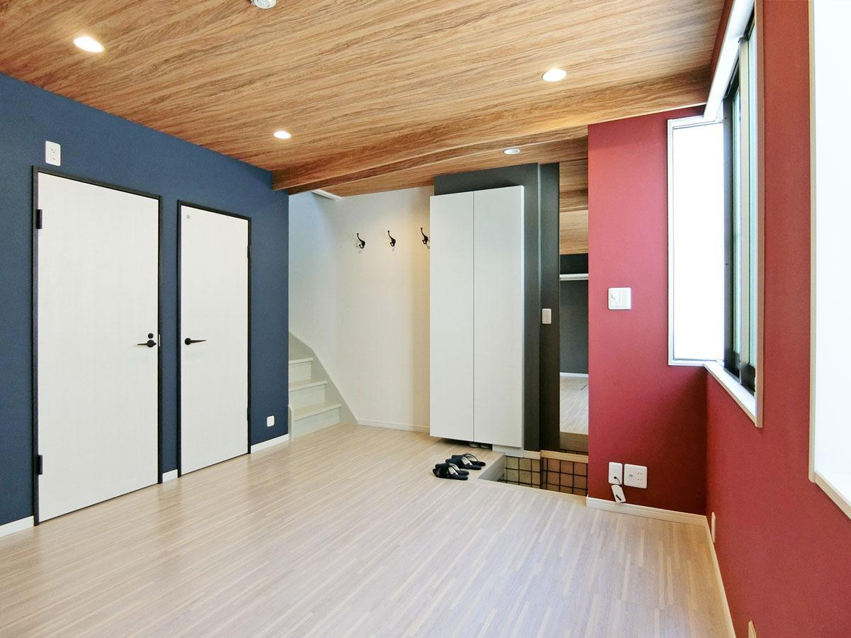 玄関を上がってすぐに洋室。天井にカーテンレールがあり、仕切れる